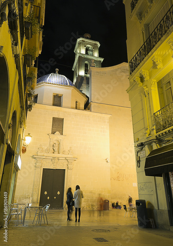 Fotobehang Smalle straatjes San Nicolas Procathedral in the city of Alicante, Spain.