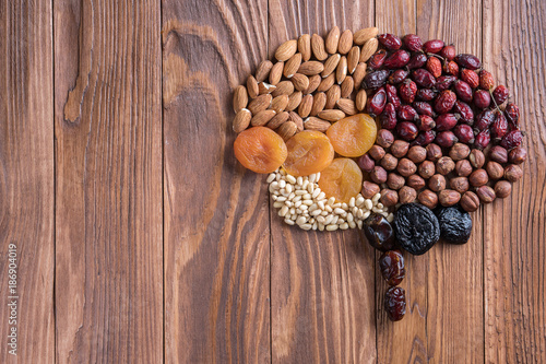 Human brain is made of dried apricots and nuts on a wooden table.   Concept of healthy food. - 186904019