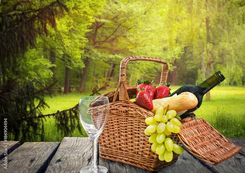 Picknick auf einer Waldlichtung