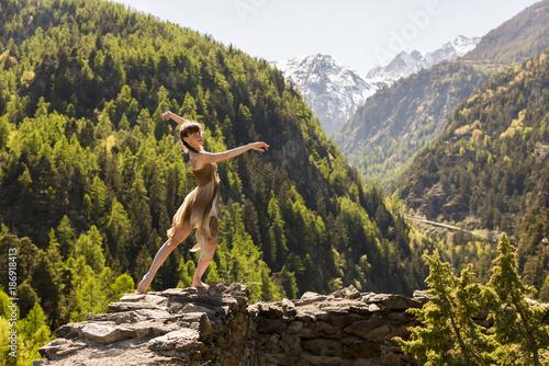 ragazza danza in montagna