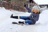Eine Frau ist auf der winterlichen Straße ausgerutscht und hingefallen - 186926651