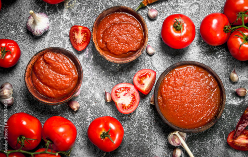Tomato sauce with spices and herbs.
