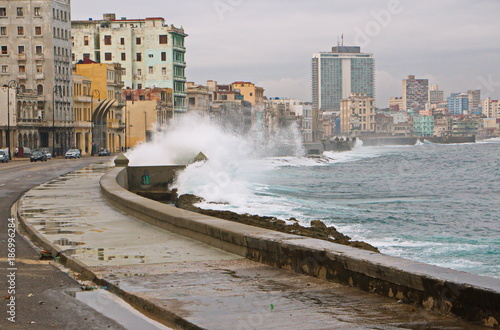 Tuinposter Havana Breakwater at Malecon in Havana in Cuba