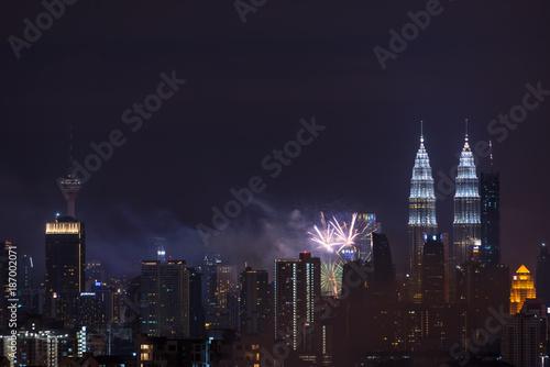 Foto op Canvas Kuala Lumpur KUALA LUMPUR, MALAYSIA - 1ST JANUARY 2018; Fireworks explode near Malaysia's landmark Petronas Twin Towers during New Year celebrations in Kuala Lumpur.