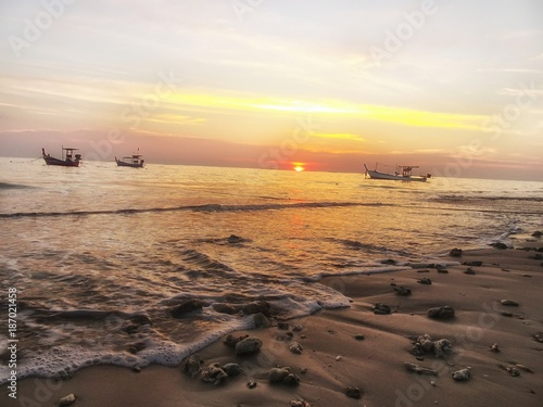 Fotobehang Ochtendgloren Sonnenuntergang am Strand von Khao Lak