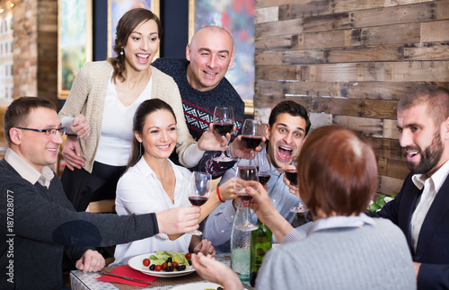 Papiers peints Kiev Company men and women in the restaurant
