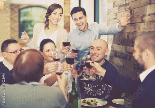 Company celebrating in restaurant - 187028078