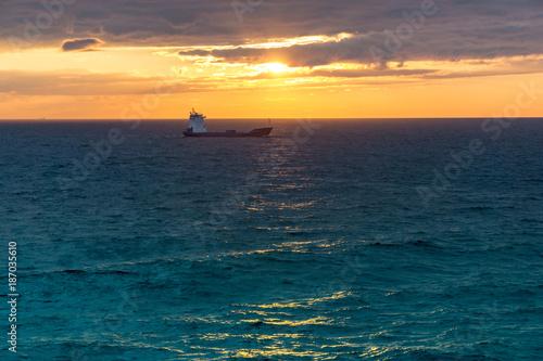 Keuken foto achterwand Zee zonsondergang sunset at the ocean with ship