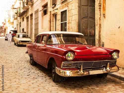 Czerwony stary i klasyczny samochód na drodze starej Hawany (Kuba)