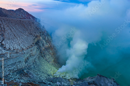 Tuinposter Groen blauw Sunrise at Kawah Ijen volcano crater with sulfur fume. Ijen crater the famous tourist attraction near Banyuwangi, East Java, Indonesia