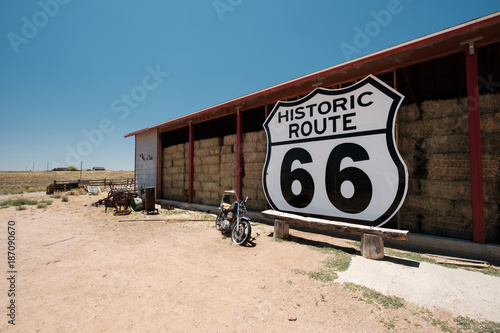 Foto op Canvas Fiets Old motorcycle near historic route 66 in California