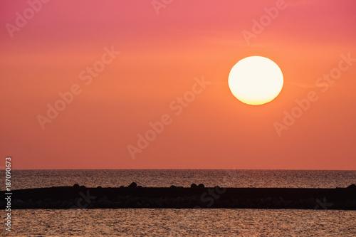 Fotobehang Oranje eclat 水平線に沈む太陽