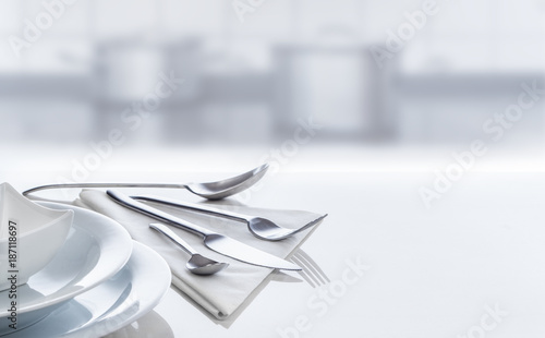 Foto Murales Besteck und Geschirr auf spiegeldem Tisch in Küche, Hintergrund, Panorama