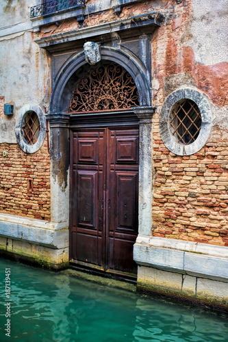 Venedig, Tür am Kanal - 187139451