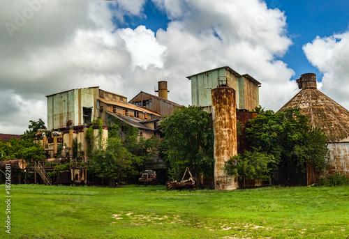 Foto Spatwand Oude verlaten gebouwen Abandoned Old Koloa Sugar Mill in Kauai, Hawaii