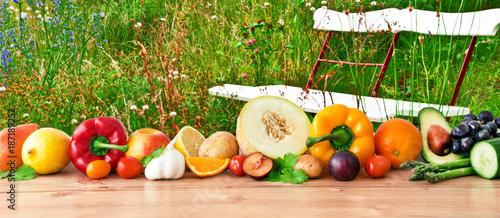 Gemüse und Obst auf Blumenwiese
