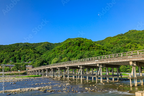 Fotobehang Kyoto 京都 新緑の渡月橋