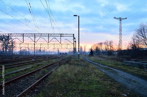 In de dag Spoorlijn Tory kolejowe, semafory, sygnalizatory wieczorem i lekka mgła/