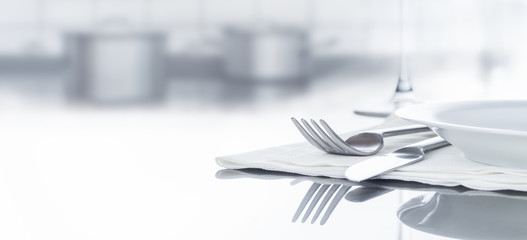 Besteck und Geschirr auf spiegeldem Tisch in Küche, Hintergrund, Panorama
