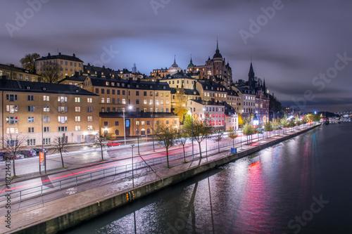 Foto op Canvas Stockholm Gamla välbevarade arbetarbostäder på Söder ovanför Söder mälarstrand fotat från Centralbron på natten