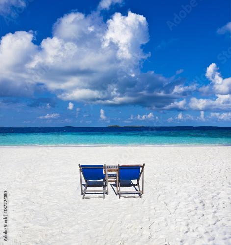 Schöner Maledivenstrand mit Strandliegen - 187224010