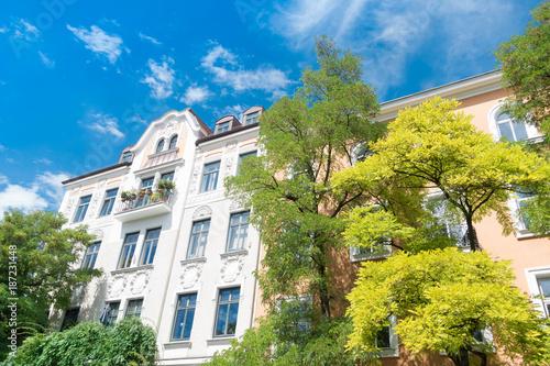 Leinwanddruck Bild Altbau - Mietshaus und Bäume in Deutschland
