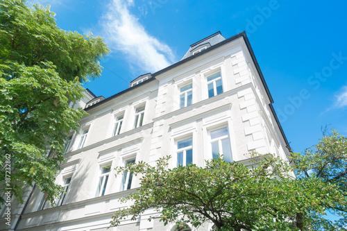 Leinwanddruck Bild Altbau - Wohnhaus in Deutschland