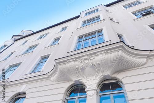 Leinwanddruck Bild renovierte Stuckfassade - Eigentumswohnung