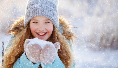 Child at winter - 187239878