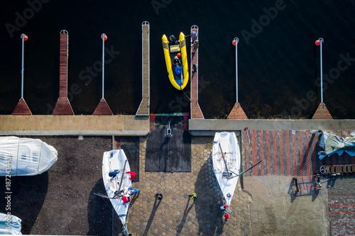 Fotobehang Zeilen Przygotowanie jachtów do sezonu żeglarskiego