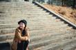 河川敷の階段に座っている女性