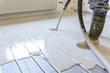 Hausbau mit Innenausbau der Fußbodenheizung und Estrich