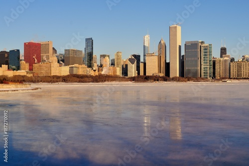 Staande foto Chicago Winds and bitter cold with wind chill factors exceeding minus 20 degrees created vapor both above the forming ice in Lake Michgan in front of the Chicago skyline.