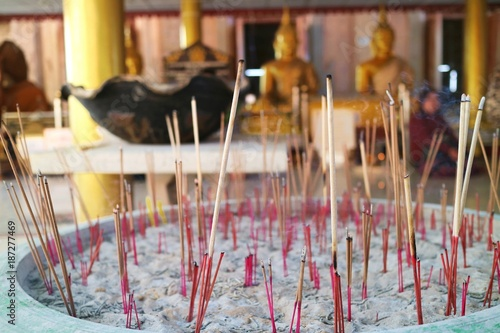Aluminium Boeddha Many burned incense stick in the Old incense pot. Soft focus with blurred of buddha image in the temple background. Religion concept. ทวีปเอเชียทวีปเอเซียเอเชียอาเชี่ยนเกี่ยวกับทวีปเอเชียแห่งเอเชียควา