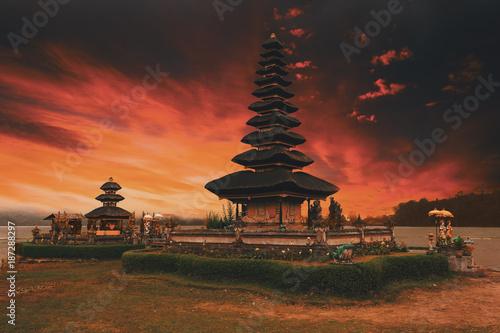 Fotobehang Bali famous mystical Pura Ulun Danu water temple, bali