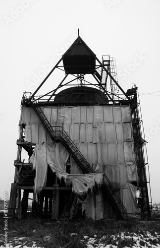Foto op Aluminium Oude verlaten gebouwen Black and white photography of an old abandoned industrial building in winter.
