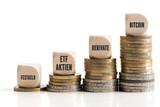 gestapelte Münzen zeigen Graph der unterschiedlichen Investitionsklassen
