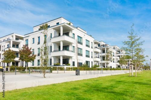 Leinwandbild Motiv Mehrfamilienhäuser - Wohngebiet und Park