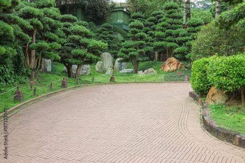 Foto op Plexiglas Weg in bos Pathway in public park, surrounded by green trees