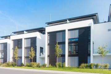 moderne Reihenhäuser in einem Neubaugebiet