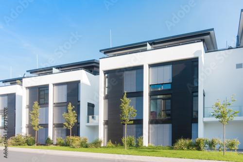 Leinwanddruck Bild moderne Reihenhäuser in einem Neubaugebiet