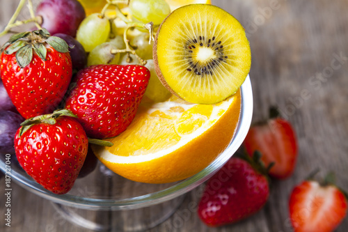 Foto Murales Ripe fruits on a transparent plate