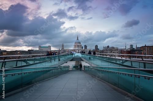 In de dag Londen Millenium bridge, Londres