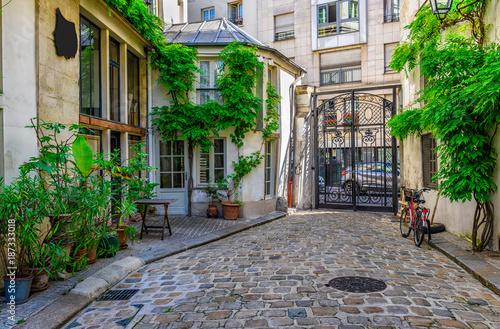 przytulna-ulica-w-paryzu-francja
