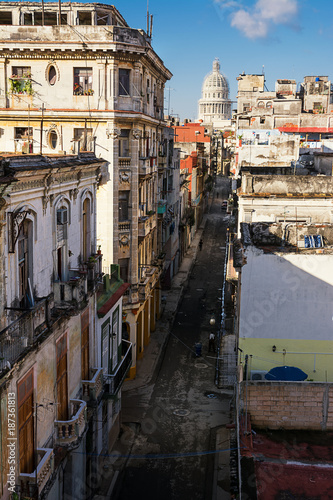 Foto op Plexiglas Havana Old Havana road and the dome of the Capitolio