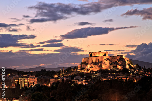 Poster Athene Illuminated Acropolis in Athens, Greece at dusk