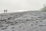 ruhiger, winterlicher, Sandstrand an der Ostseeküste im Nebel - 187383025