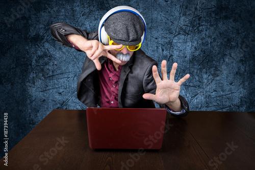 Foto Murales Alter Mann mit Kopfhörer hört Musik am Computer und ist am tanzen