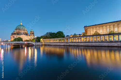 Foto Murales Museum Island and cathedral in Berlin at dusk