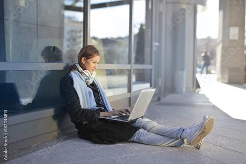 Foto Murales Girl using a laptop
